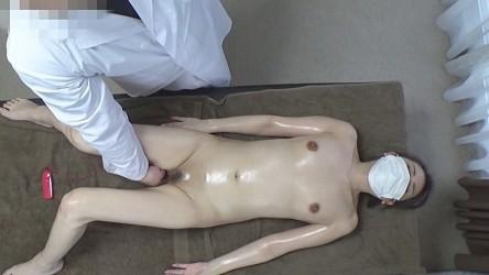 FC2PPV-1711596 清楚な美貌と裏腹!施術中に発情してしまいチンコを咥えて握ってSPマッサージを所望する美熟女!